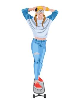 Alegre mujer vestida con jeans rotos, camisa azul, gorra, gafas de sol, pulseras doradas y zapatillas rojas montando una patineta