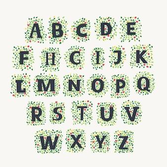 Alfabeto dibujado a mano con hojas de primavera y verano y flores sobre fondo blanco.