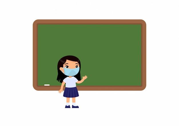 Alumno de la escuela primaria con máscara protectora en el rostro. niña de la escuela de pie junto a la pizarra. protección contra virus, concepto de alergias.