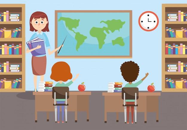 Alumnos de educación con profesor y librero en el aula.