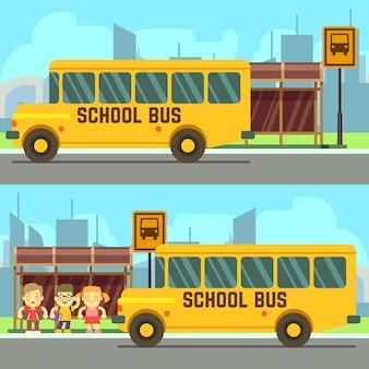 Alumnos de la escuela esperando el autobús escolar