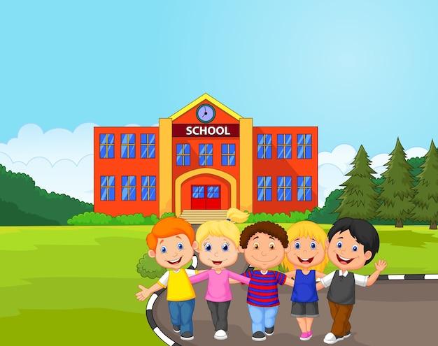 Alumnos felices delante de la escuela