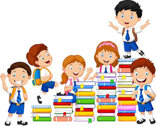 Alumnos felices jugando con la pila de libros