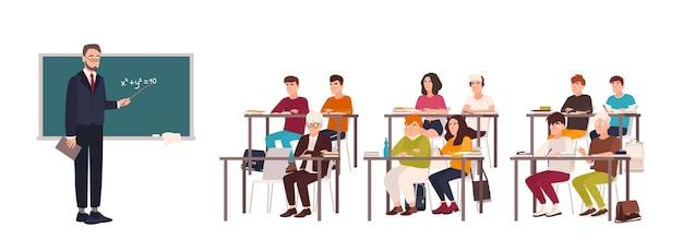 Alumnos sentados en pupitres en el aula, demostrando buen comportamiento y escuchando atentamente al profesor de pie junto a la pizarra y explicando la lección.