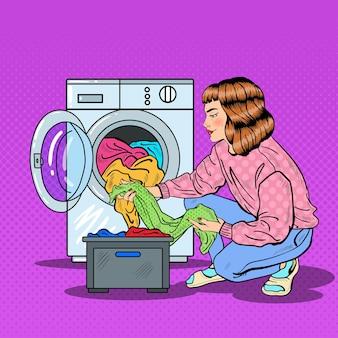 Ama de casa de arte pop lavando ropa en la lavadora. ilustración