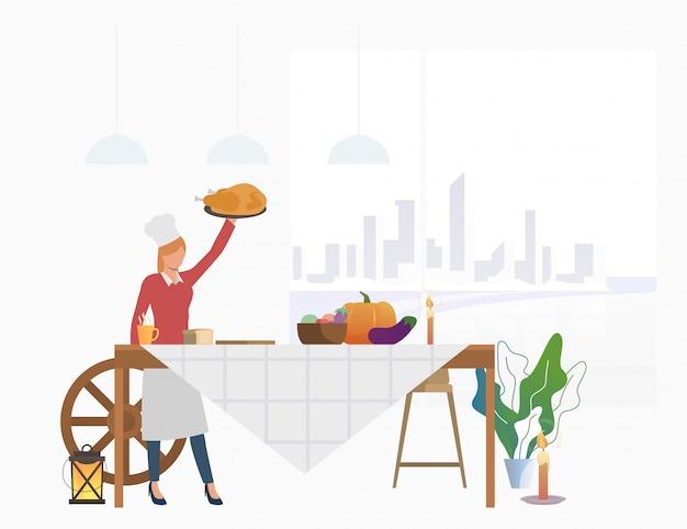 Ama de casa trayendo pavo a la mesa de fiesta