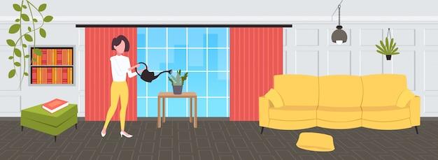 Ama de casa vertiendo agua en maceta doméstica mujer sosteniendo la regadera haciendo tareas domésticas concepto moderno salón interior femenino personaje de caricatura horizontal de longitud completa