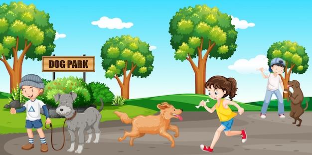 Amante de los perros en el parque para perros