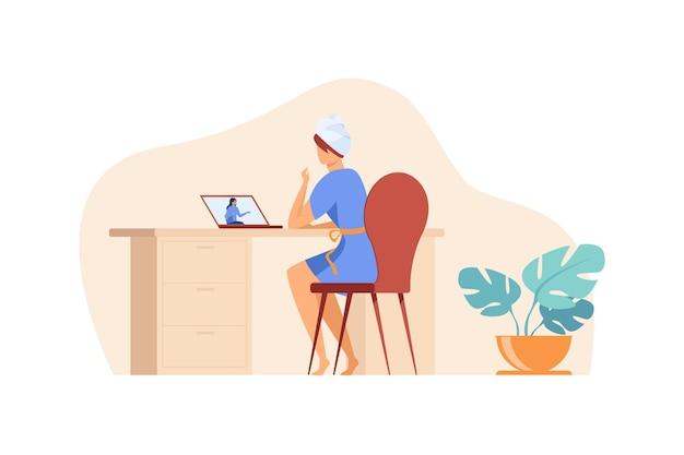 Amigas charlando en línea. mujer con toalla en la cabeza usando laptop para videollamada ilustración plana