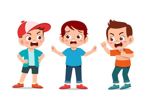 Amigos de la escuela de niños discuten pelea