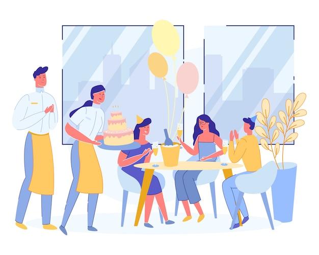 Amigos felices celebrando cumpleaños en restaurante