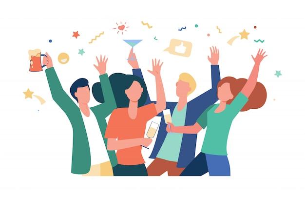 Amigos felices celebrando el evento juntos