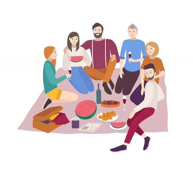 Amigos felices que cenan al aire libre en el fondo blanco.