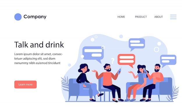 Amigos masculinos y femeninos hablando y bebiendo cerveza. plantilla de sitio web o página de destino