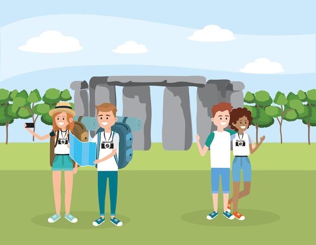 Amigos mujeres y hombres con mochila en el stonehenge
