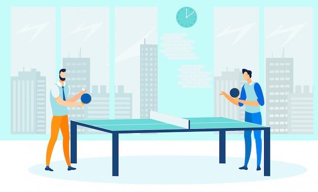 Amigos que juegan al ping pong plano
