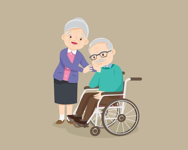 Anciano sentado en una silla de ruedas y anciana pone tiernamente las manos sobre sus hombros