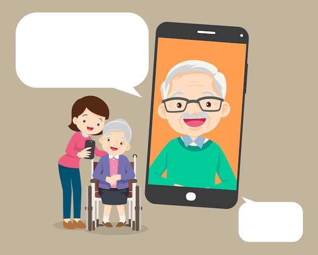 Ancianos hablando charlando mensajería red social comunicación familiar mediante videollamada de teléfono inteligente