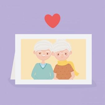 Ancianos, linda pareja abuelos en marco de fotos