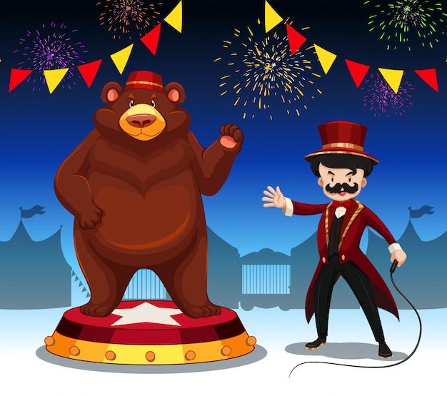 Anillo maestro y oso en el espectáculo de circo.