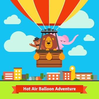 Animales de dibujos animados feliz volando en globo de aire caliente