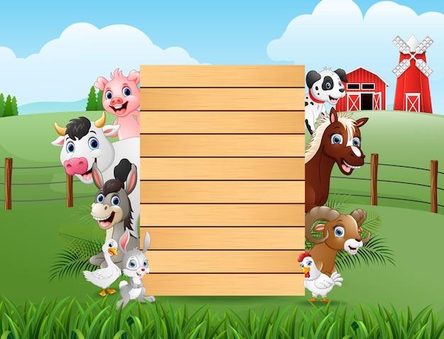 Animales de granja con un cartel en blanco de madera