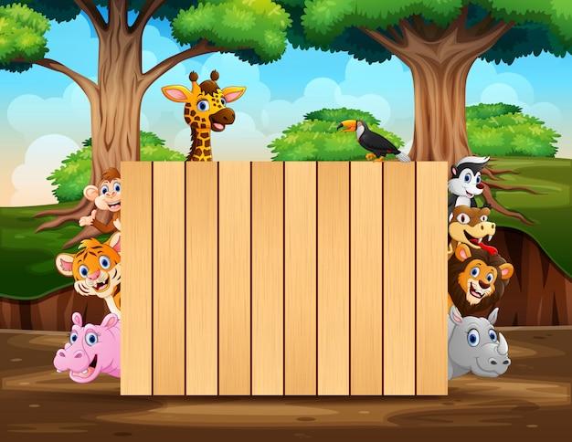 Animales salvajes con cartel de madera en escena del bosque