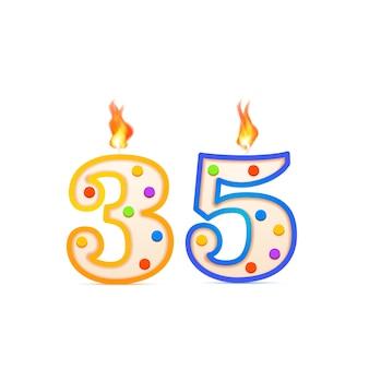 Aniversario de treinta y cinco años, vela de cumpleaños en forma de número 35 con fuego en blanco