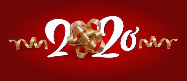 Año nuevo 2020 número blanco y cintas festivas de navidad en espiral sobre fondo rojo.
