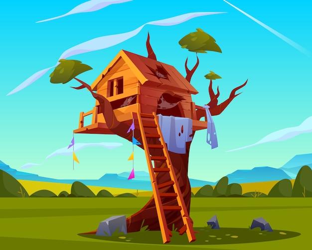 Antigua casa del árbol con escalera de madera rota, agujeros con tela de araña en el techo en el hermoso paisaje de verano