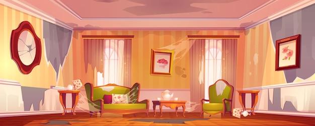 Antigua sala de estar sucia en estilo victoriano