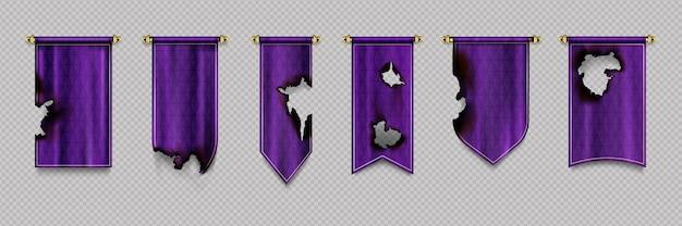 Antiguo banderín púrpura y banderas colgadas en borde dorado