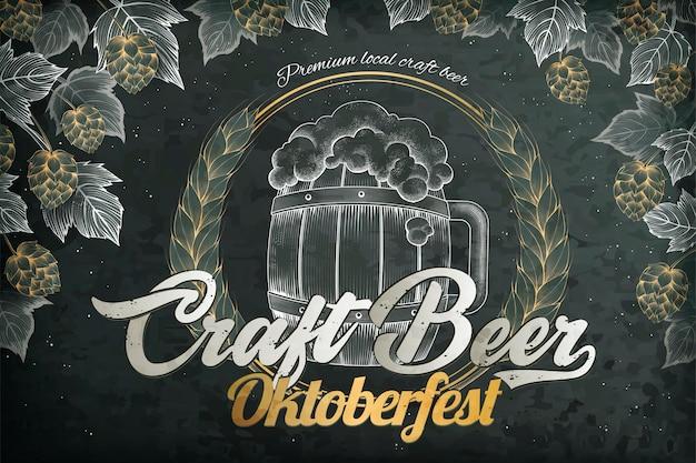 Anuncios de cerveza artesanal, barril de cerveza de estilo retro grabado y elementos de lúpulo para el festival oktoberfest, fondo de pizarra