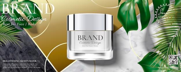 Anuncios de tarro de crema cosmética con hojas tropicales sobre piedra de mármol y fondo dorado