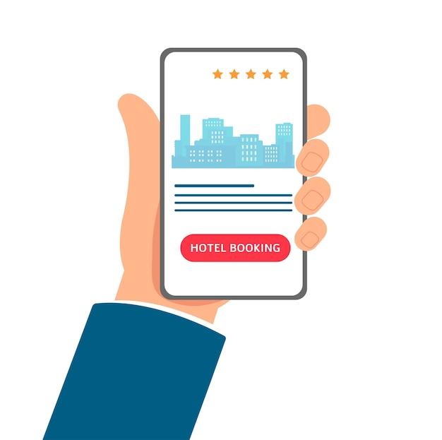 Aplicación de reserva de hotel: mano de dibujos animados sosteniendo un teléfono con interfaz de aplicación móvil en la pantalla. servicio de reserva de habitaciones en línea con el horizonte de la ciudad - ilustración