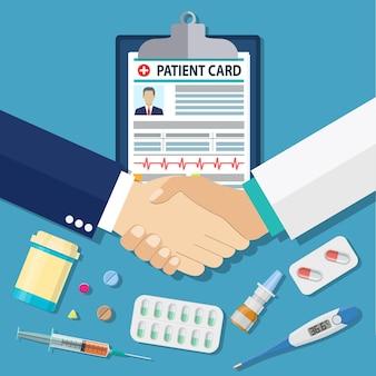 Apretón de manos entre médico y paciente, tarjeta de paciente, tabletas y píldoras, jeringa, termómetro