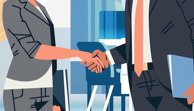 Apretón de manos de mujer de negocios