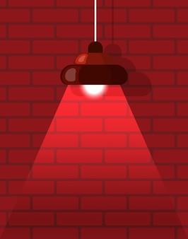 Araña de luces y pared de ladrillo rojo, interior
