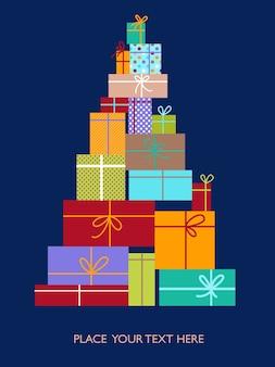 Árbol de navidad hecho de cajas con regalos.