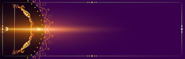 Arco y flecha dorados en banner de celebración púrpura