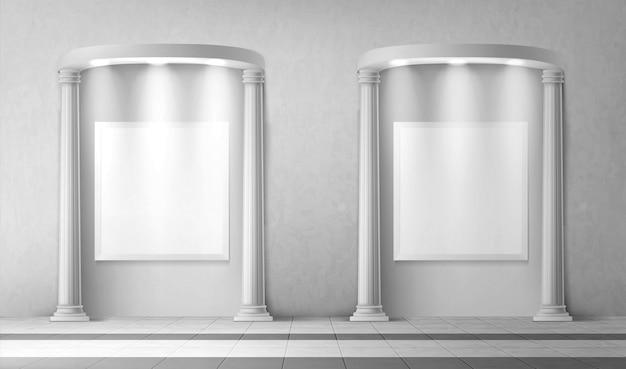 Arcos con columnas y letreros en blanco en la pared