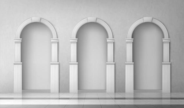 Arcos con columnas en la pared, puertas con pilares.