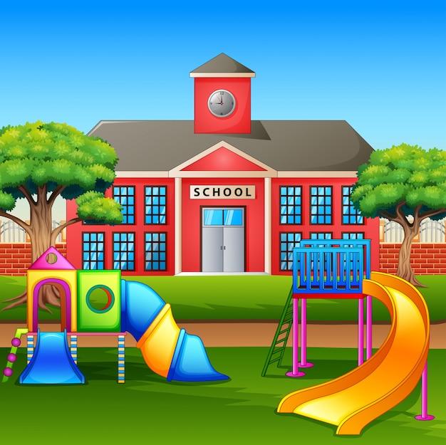 Área de juegos infantiles en frente del patio de la escuela