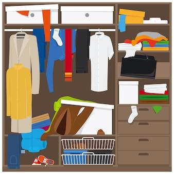 Armario abierto con ropa desordenada.