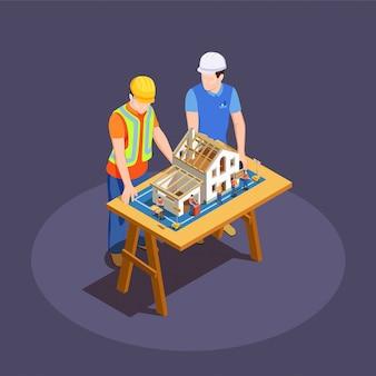 Arquitecto y capataz con proyecto de construcción de casa en escritorio de madera