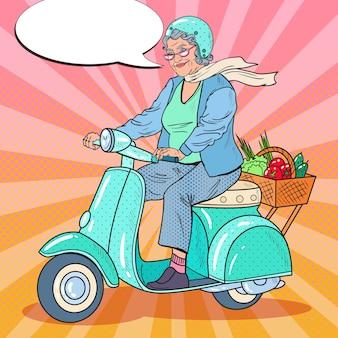 Arte pop feliz mujer mayor montando scooter