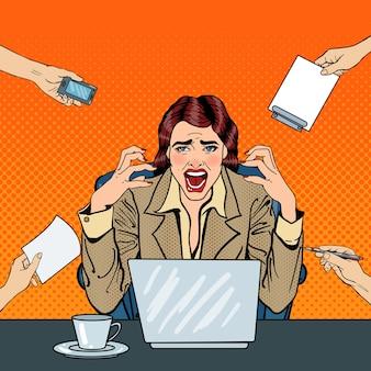 Arte pop frustrado estresado mujer de negocios gritando en el trabajo de oficina multitarea. ilustración