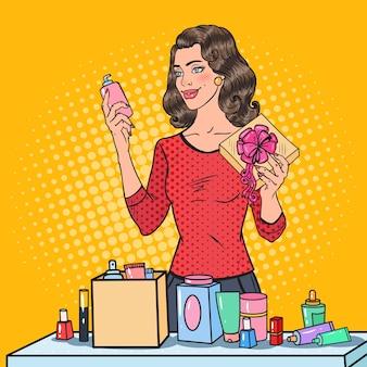Arte pop hermosa mujer con envoltura de cosméticos en caja de regalo