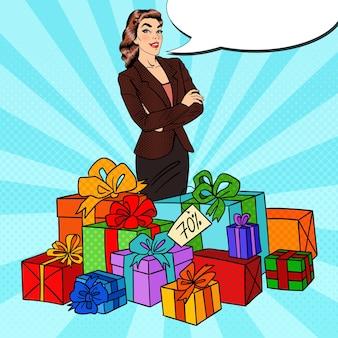 Arte pop mujer feliz con enormes cajas de regalo.