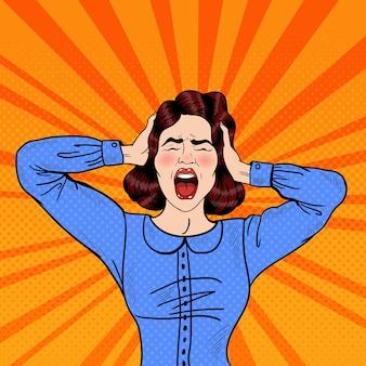 Arte pop mujer frustrada enojada gritando y sosteniendo la cabeza. ilustración